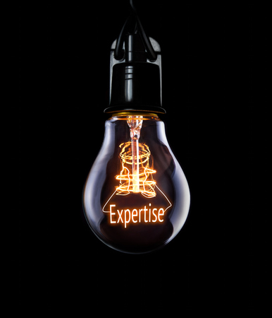 Photo pour Hanging lightbulb with glowing Expertise concept. - image libre de droit