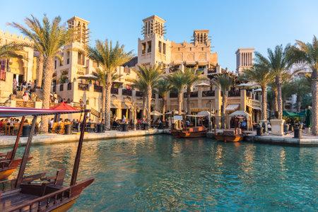 Photo pour UAE, DUBAI - DECEMBER 28: view of Madinat Jumeirah hotel in Dubai on December 28, 2014 - image libre de droit