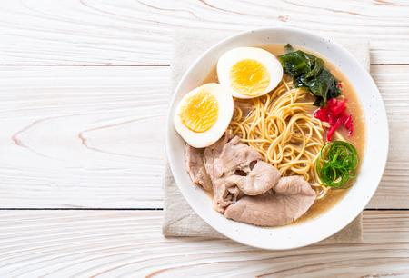 Foto de tonkotsu ramen noodles with pork and egg - japanese style - Imagen libre de derechos