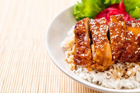 Foto de grilled chicken with teriyaki sauce on topped rice bowl - Imagen libre de derechos
