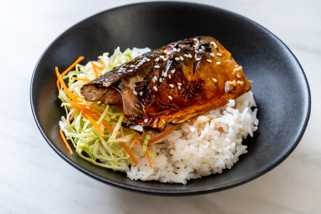 Foto de saba fish grilled with teriyaki sauce on topped rice bowl - Japanese style - Imagen libre de derechos