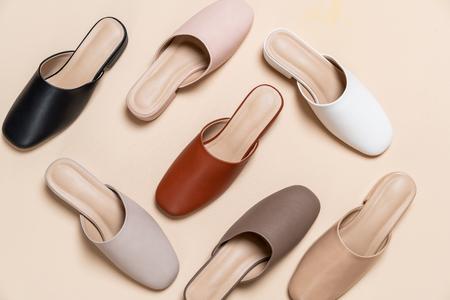 Photo pour Beautiful woman fashion leather shoes - image libre de droit
