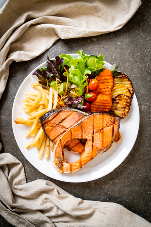Photo pour double grilled salmon steak fillet with vegetable and french fries - image libre de droit
