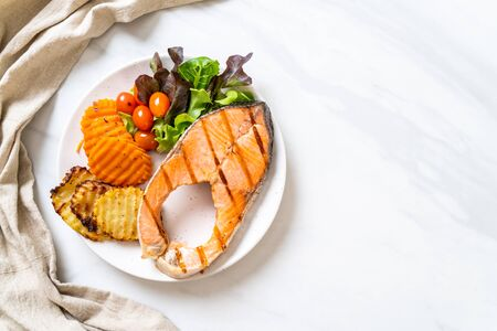Photo pour grilled salmon steak fillet with vegetable and french fries on plate - image libre de droit