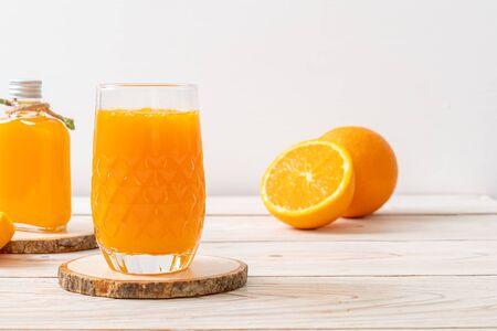 Photo pour fresh orange juice glass on wood background - image libre de droit