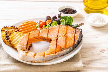 Photo pour grilled salmon steak fillet with vegetable on plate - image libre de droit