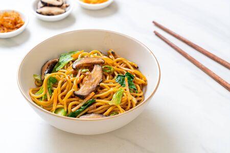 Foto de yakisoba noodles stir-fried with vegetable - vegan and vegetarian food - Imagen libre de derechos