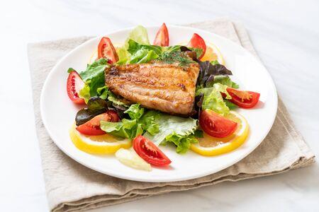 Photo pour grilled snapper fish steak with vagetable - image libre de droit