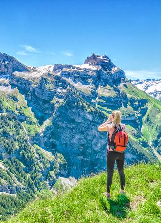Photo pour Traveler screams against the backdrop of the mountain peaks, the Engelberg resort, Switzerland - image libre de droit