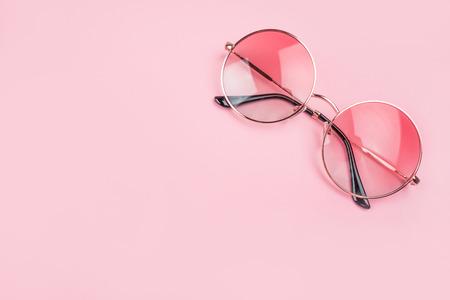 Photo pour Round gradient sunglasses isolated on pink background. - image libre de droit