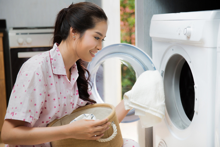 Photo pour Women washing clothes The washing machine - image libre de droit