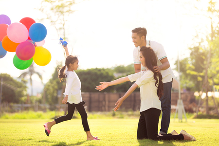Foto de Daughter running to mother She enjoyed the play balloons - Imagen libre de derechos