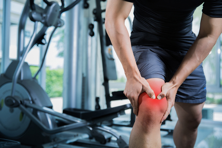 Photo pour Healthy men Injury from exercise in the gym, he injured his knee - image libre de droit