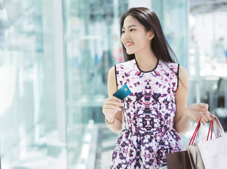 Photo pour Asian woman using credit card for shopping in the mall - image libre de droit