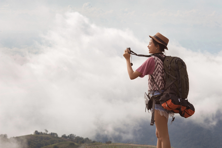 Photo pour Woman traveling backpack her photography morning fog. - image libre de droit