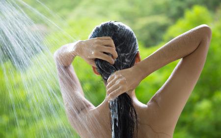 Foto de Woman showering and shampooing outdoor - Imagen libre de derechos