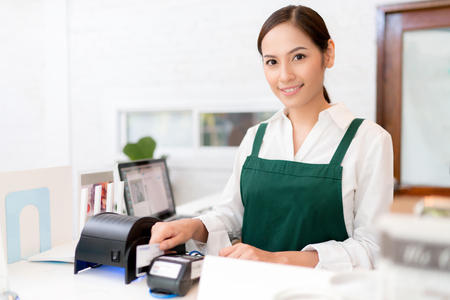 Photo pour Owner Credit card is used to pay for food and coffee. - image libre de droit