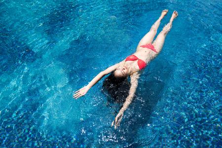 Photo pour Asian woman swimming at the pool - image libre de droit