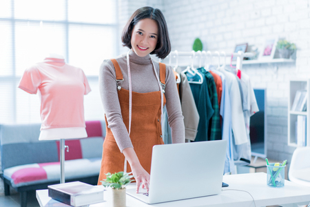 Photo pour woman doing online business - image libre de droit