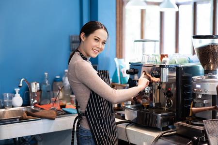 Photo pour Barista asian woman  making coffee in a  shop - image libre de droit