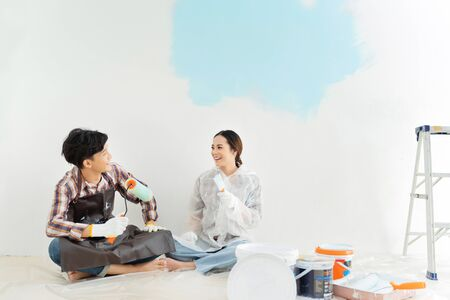 Photo pour Couples are helping to paint the new house. They are happy. - image libre de droit