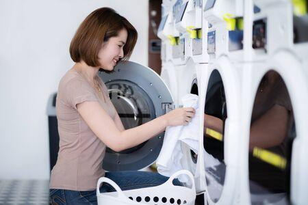 Photo pour Asian women washing clothes at the laundry shop - image libre de droit