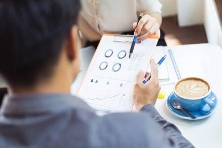 Photo pour Asian businessmen are discussing proposals for finding ideas in coffee shops. - image libre de droit