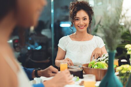 Photo pour Asian people are eating dinner at home with friends, they are happy to talk. - image libre de droit