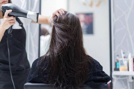 Foto für hairstylist doing hair for customer in a salon - Lizenzfreies Bild