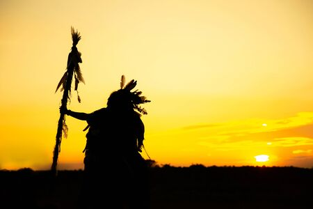 Photo pour The Indians are riding a horse and spear ready to use In light of the Silhouette - image libre de droit