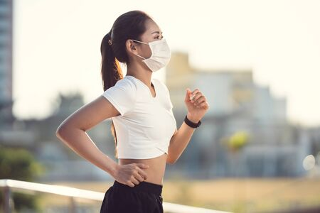 Foto de Woman runners morning exercise she wears a nose mask. Protection against dust and viruses - Imagen libre de derechos