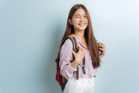 Photo pour Asian female student carrying a bag, smiling beauty - image libre de droit