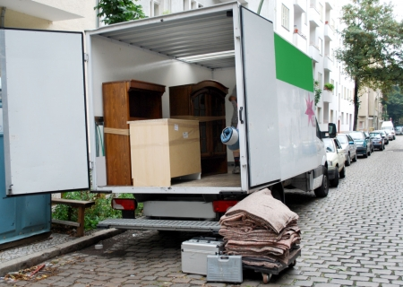 Photo pour house move van with furniture and tools - image libre de droit