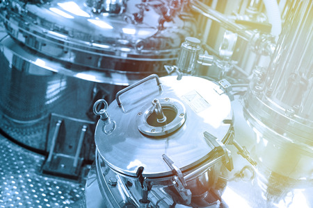 Photo pour close picture of steel chromed tank with pressure meter and compression cap in clean laboratory - image libre de droit