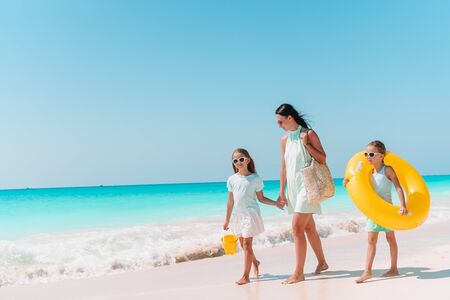Photo pour Family of mother and kids on summer vacation on white tropical beach - image libre de droit