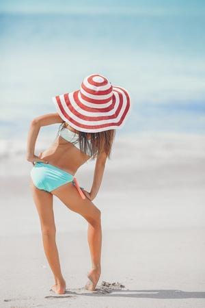 Photo pour Cute little girl in hat at beach during caribbean vacation - image libre de droit