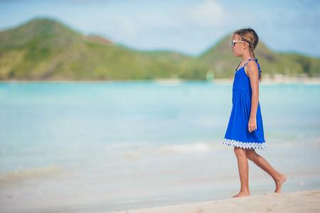 Photo pour Portrait of beautiful girl on the beach dancing - image libre de droit