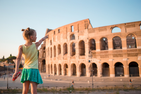 Photo pour Young girl in front of Colosseum in rome, italy - image libre de droit