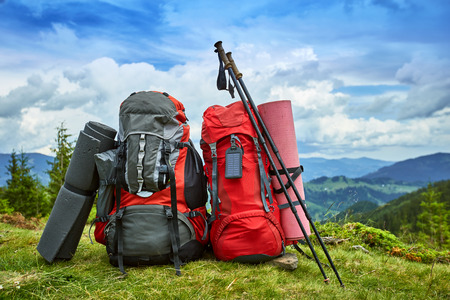 Photo pour Backpacks in the mountains with views of the mountains. - image libre de droit