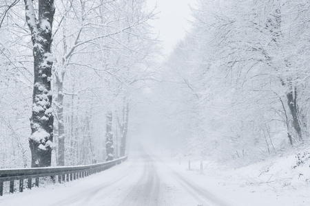 Photo pour Winter Driving - Winter Road - image libre de droit
