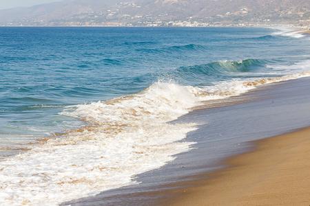 Photo pour foaming fading wave on sandy shoreline, wave cresting, foaming backwash, cresting waves down shoreline, - image libre de droit