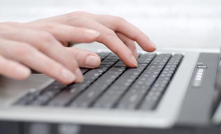 Photo pour Female hands on laptop keyboard - image libre de droit