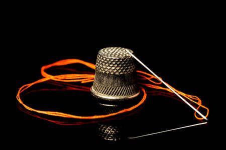 Foto per needle with thread and thimble - Immagine Royalty Free