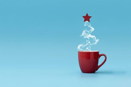 Photo pour Christmas tree made of steaming coffee with red star. Morning drink. Christmas or New Year celebration concept. Copy space. - image libre de droit