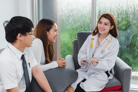 Photo pour Young Asian female doctor consulting patient in hospital office. Health care and medical concept. - image libre de droit