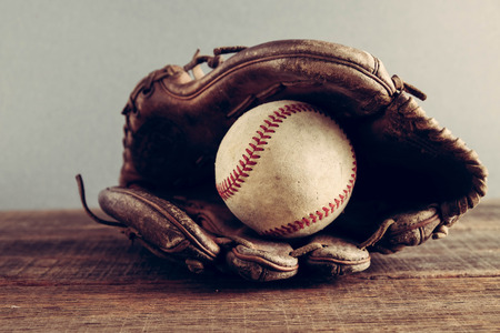 Photo pour old Baseball and glove on wood background with filter effect retro vintage style - image libre de droit