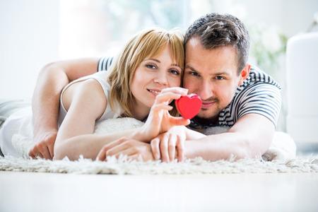 Photo pour Happy loving couple, heart box in hand - image libre de droit