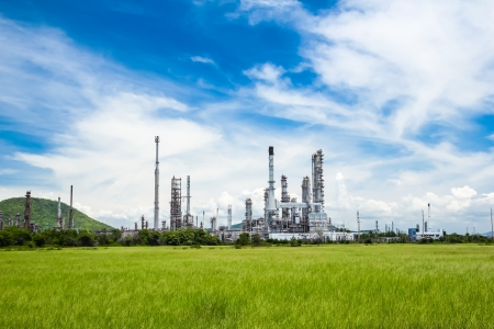 Photo pour oil refinery plant against blue sky - image libre de droit