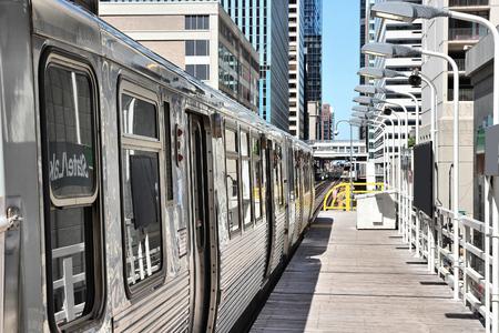 Chicago L train platform - US city public transport.
