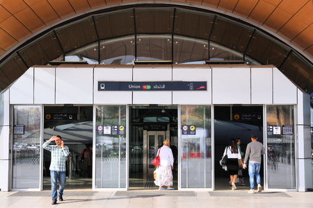 Photo pour DUBAI, UAE - DECEMBER 9, 2017: People enter Union Metro station in Dubai. Dubai Metro rapid transit network was opened in 2009 and is operated by Serco Group. - image libre de droit